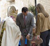 Las infantas saludan al ovispo de Mallorca el Domingo de Resurrección
