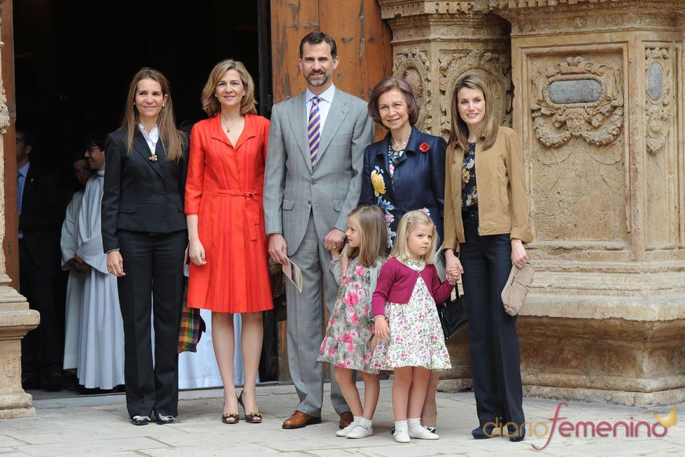 Foto de la Familia Real a la entrada a la Catedral de Mallorca por Pascua