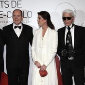 El príncipe Alberto de Mónaco, la princesa Carolina de Hannover y el diseñador alemán Karl Lagerfeld