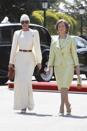 Mozah Bint Nasser y la reina Sofía en el aeropuerto de Barajas