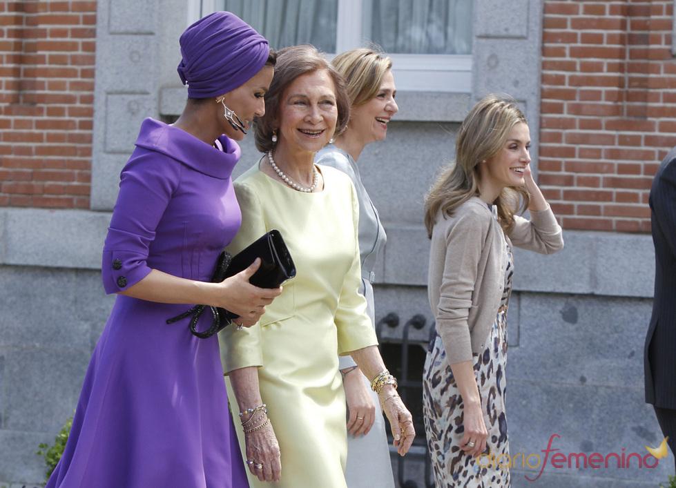 La reina Sofía y Mozah de Qatar se ríen en su visita a España