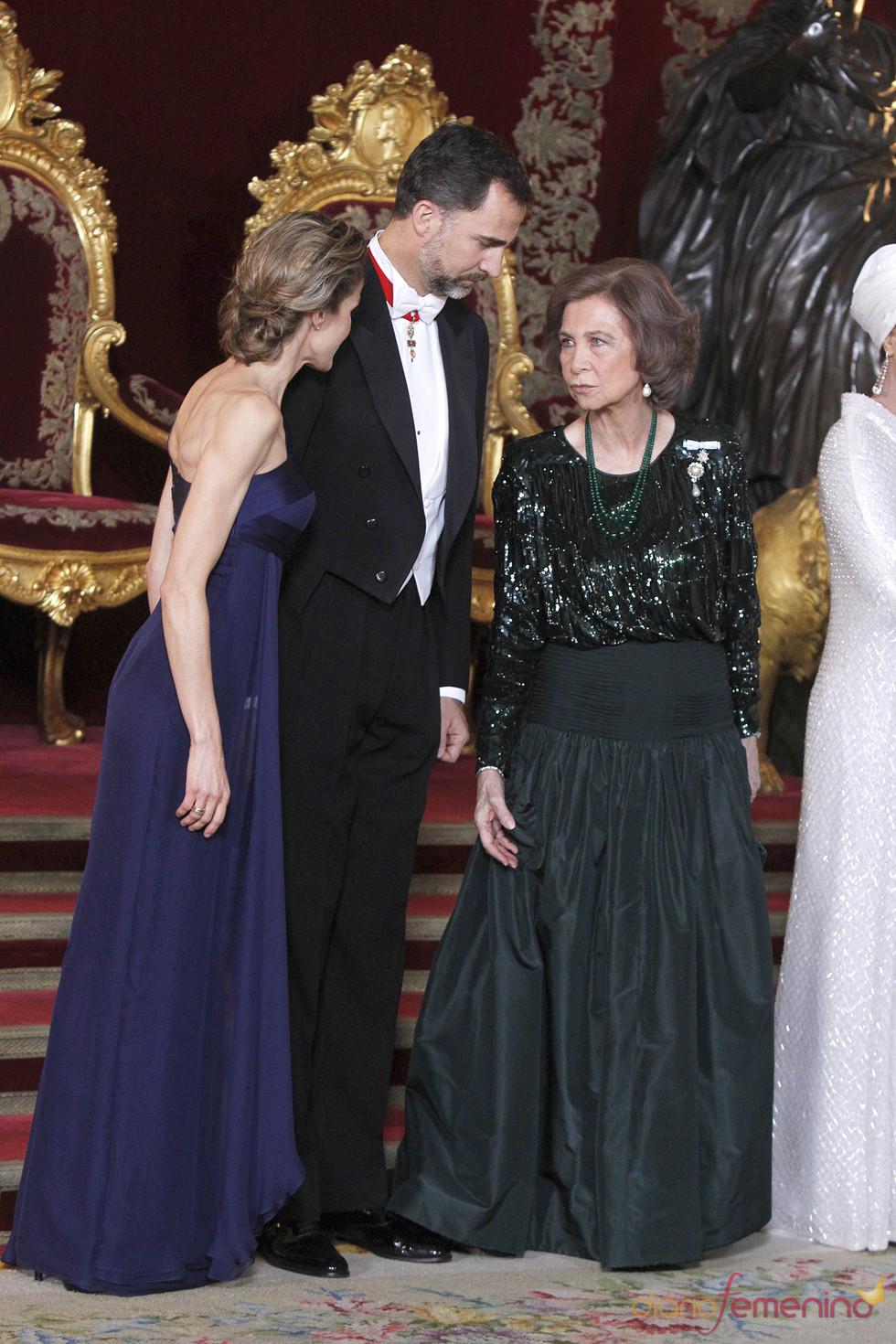 La Reina Sofía charla con los Príncipes de Asturias en la cena de gala en honor al emir de Qatar