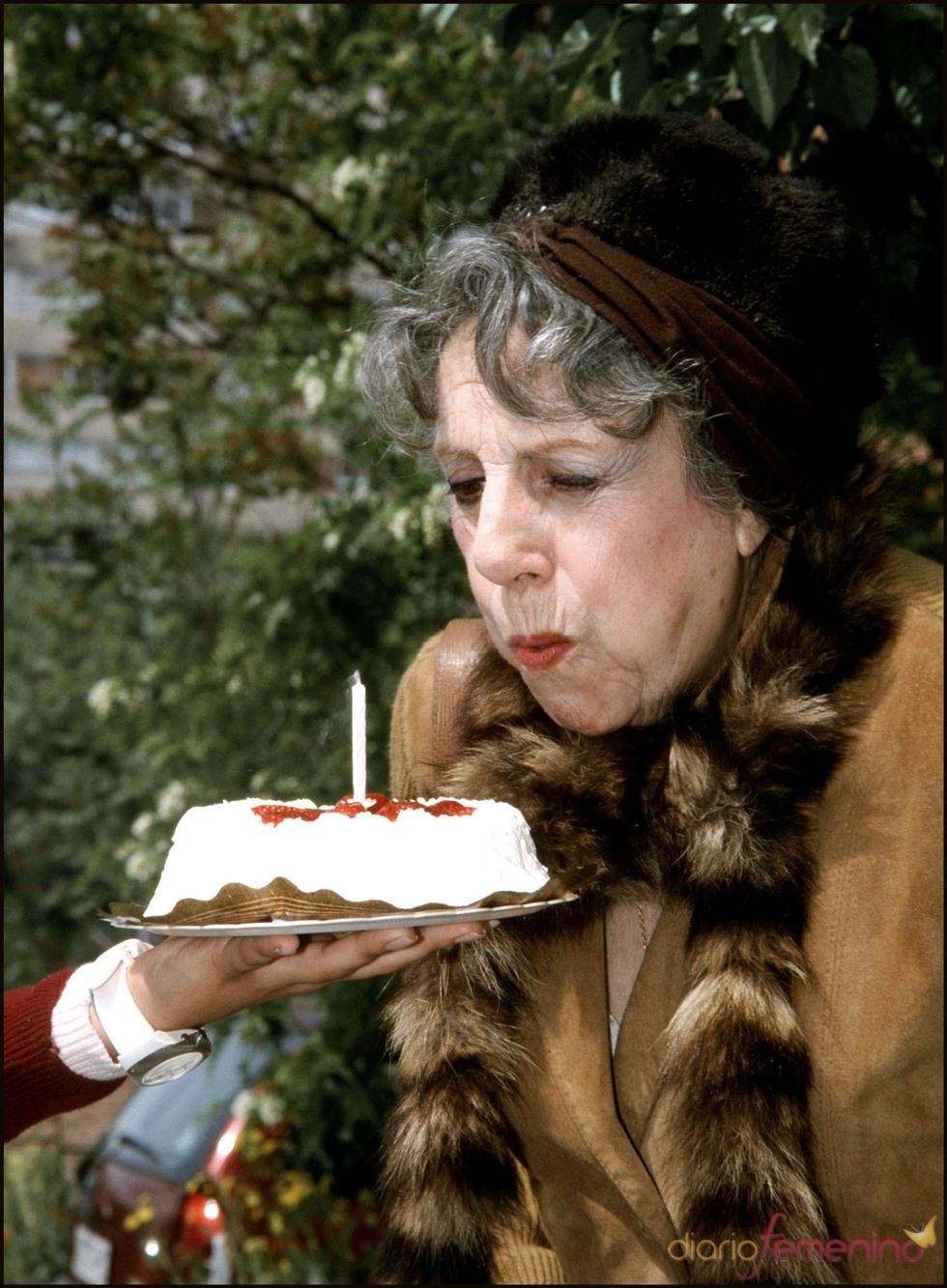 María Isbert sopla una tarta de cumpleaños