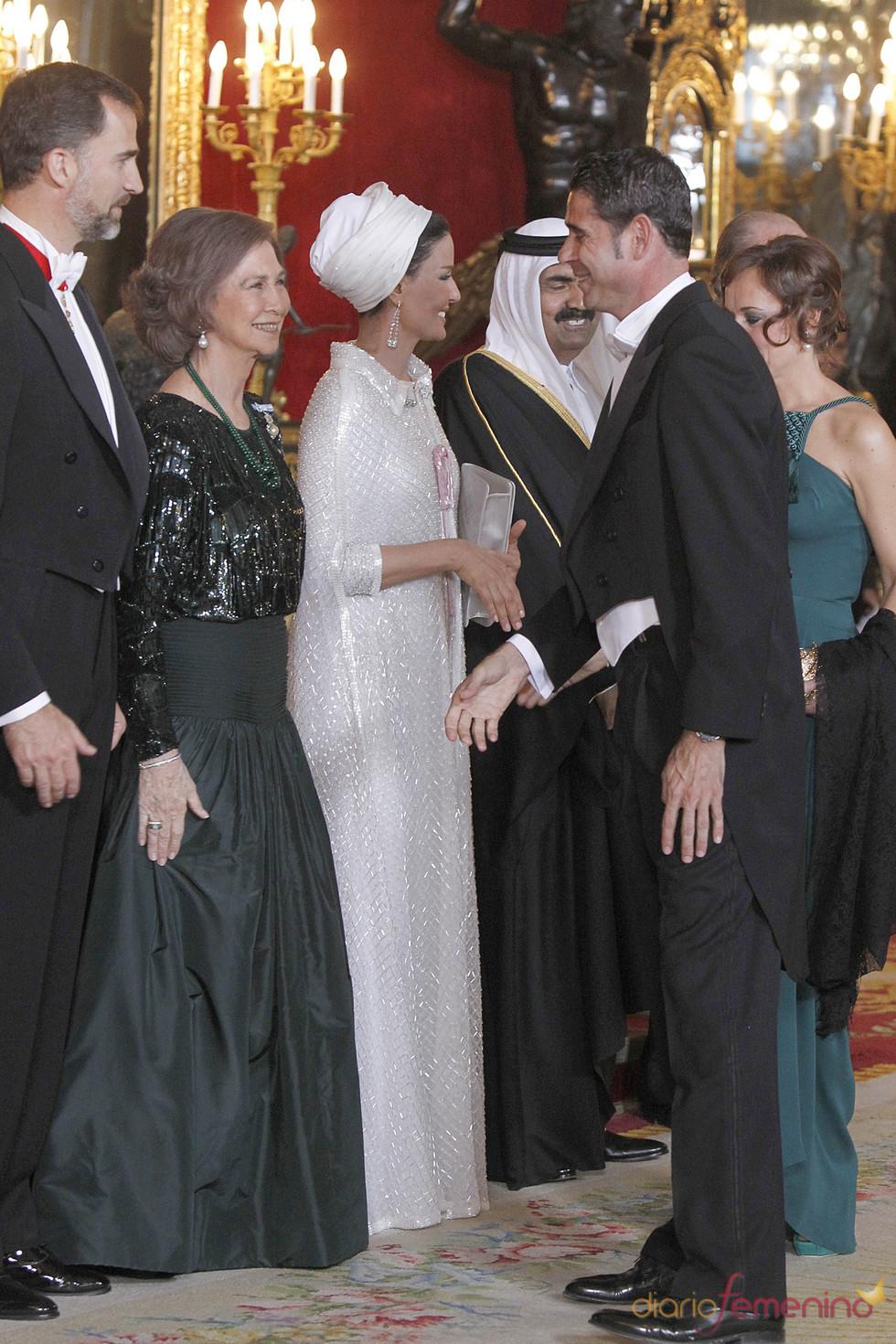 Fernando Hierro saluda a la Reina Sofía y el Príncipe Felipe en la cena en honor al emir de Qatar