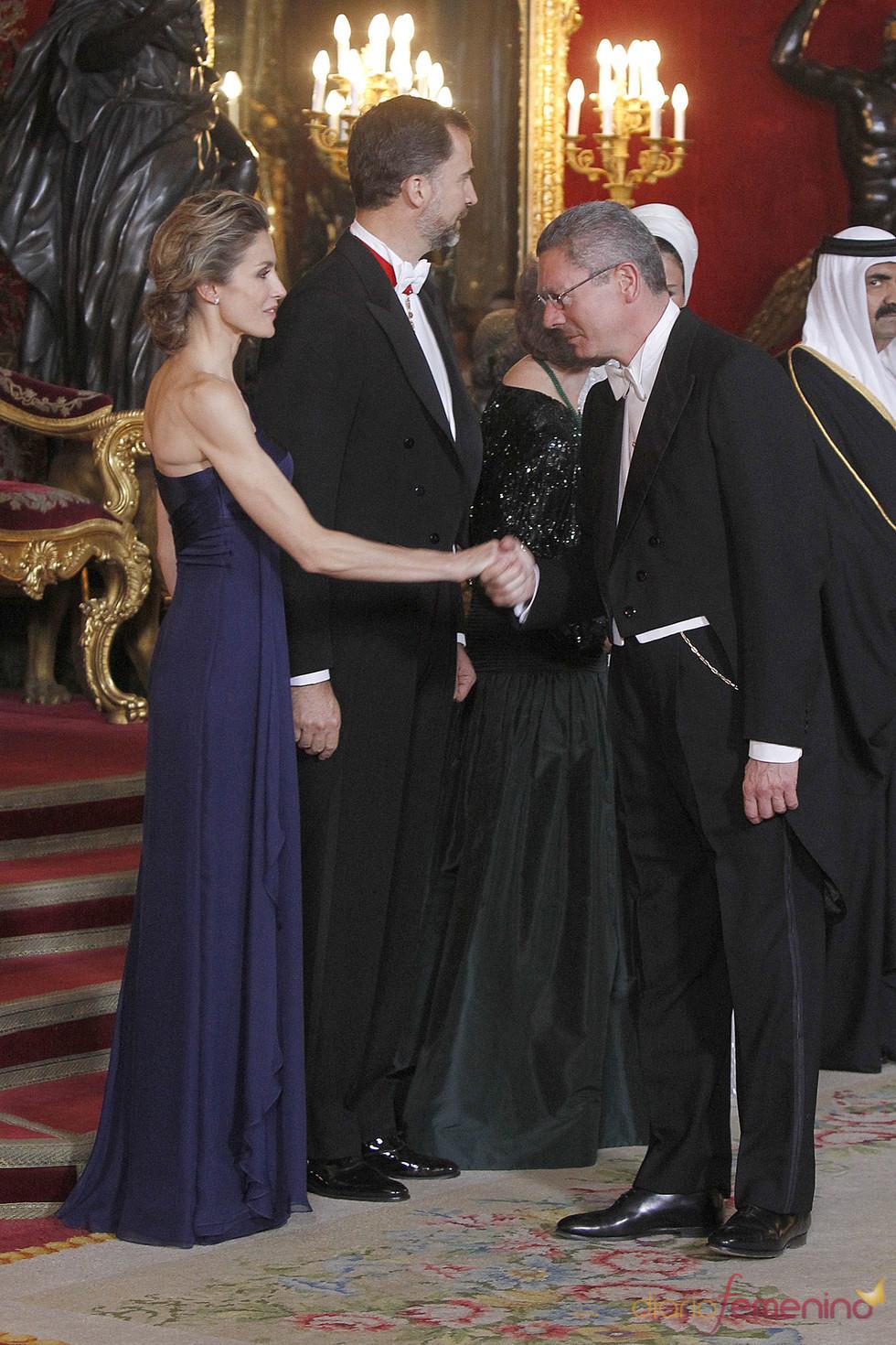 Alberto Ruiz Gallardón saluda a la Princesa Letizia en la cena de gala en honor al emir de Qatar