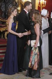 Trinidad Jiménez saluda a la Princesa Letizia en la cena de gala en honor al emir de Qatar