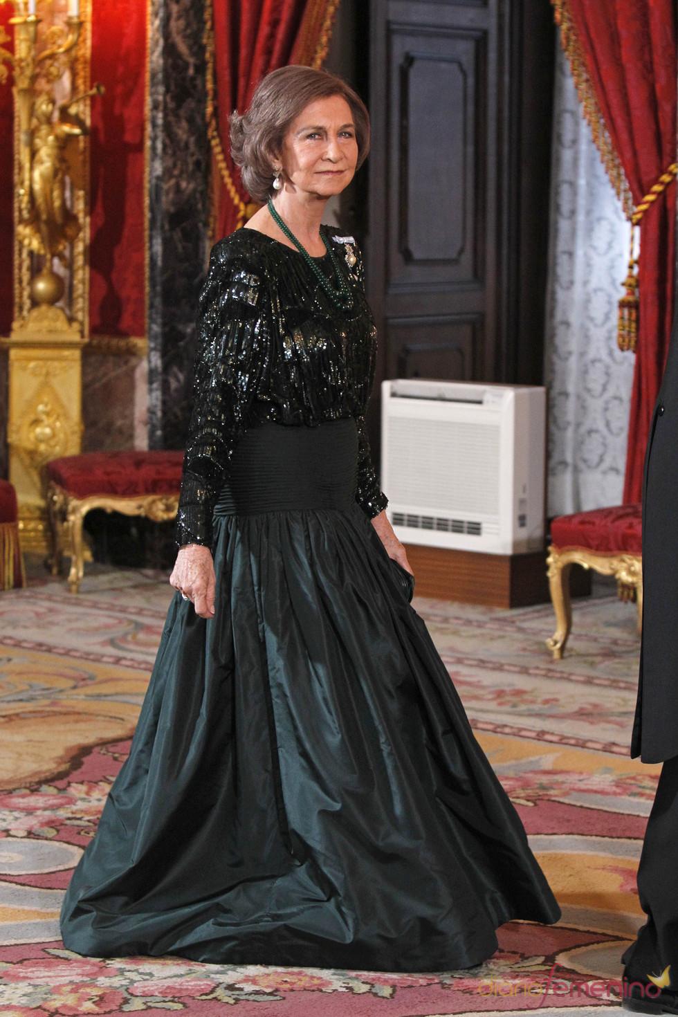 La Reina Sofía, muy elegante en la cena de gala en honor al emir de Qatar
