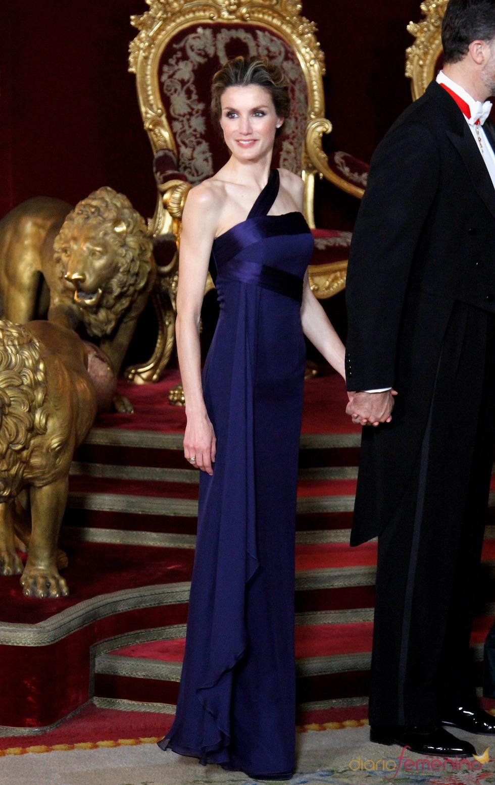 El 'look' de la Princesa Letizia en la cena de gala en honor al emir de Qatar