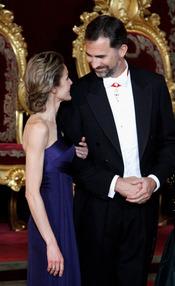 Felipe y Letizia charlan en la cena de gala en honor al emir de Qatar