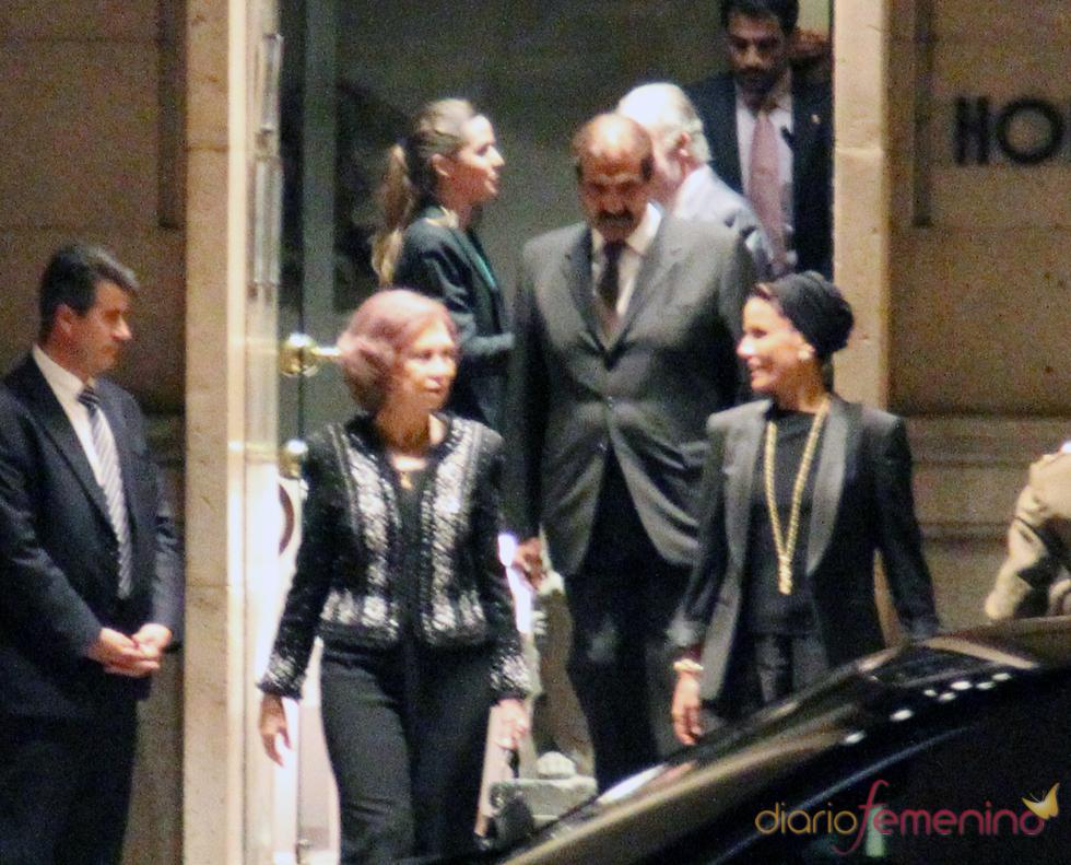 La Reina Sofía y Mozah de Qatar, 'look total black' en una cena informal