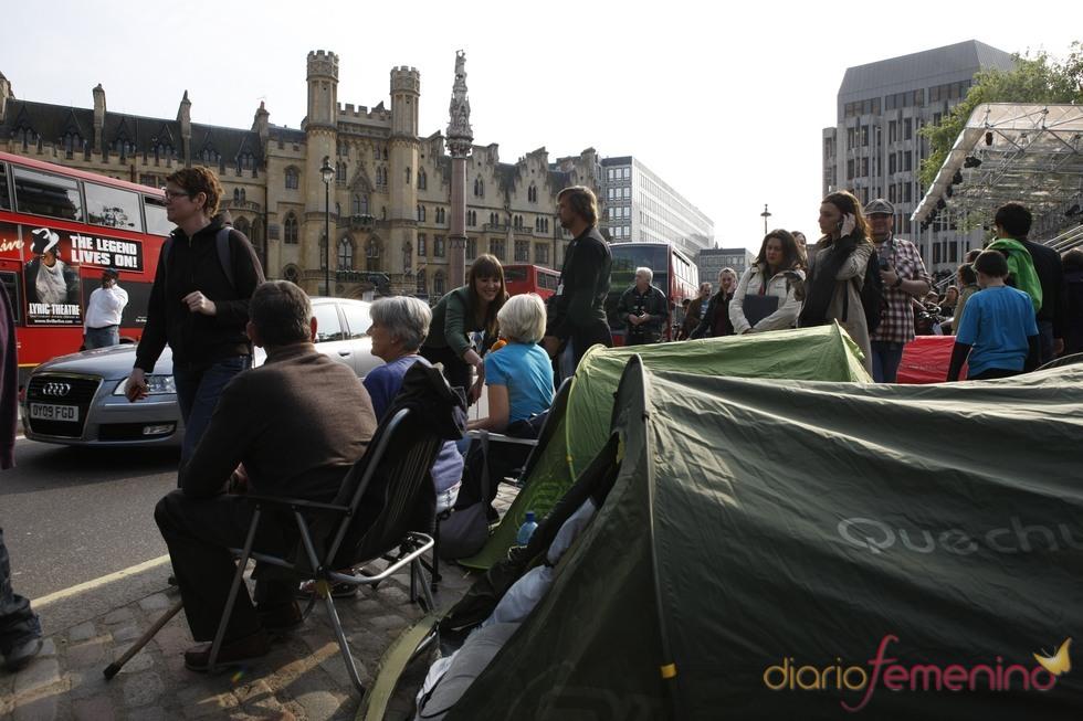 Varias personas acampan en la calle para ver la Boda Real de Inglaterra
