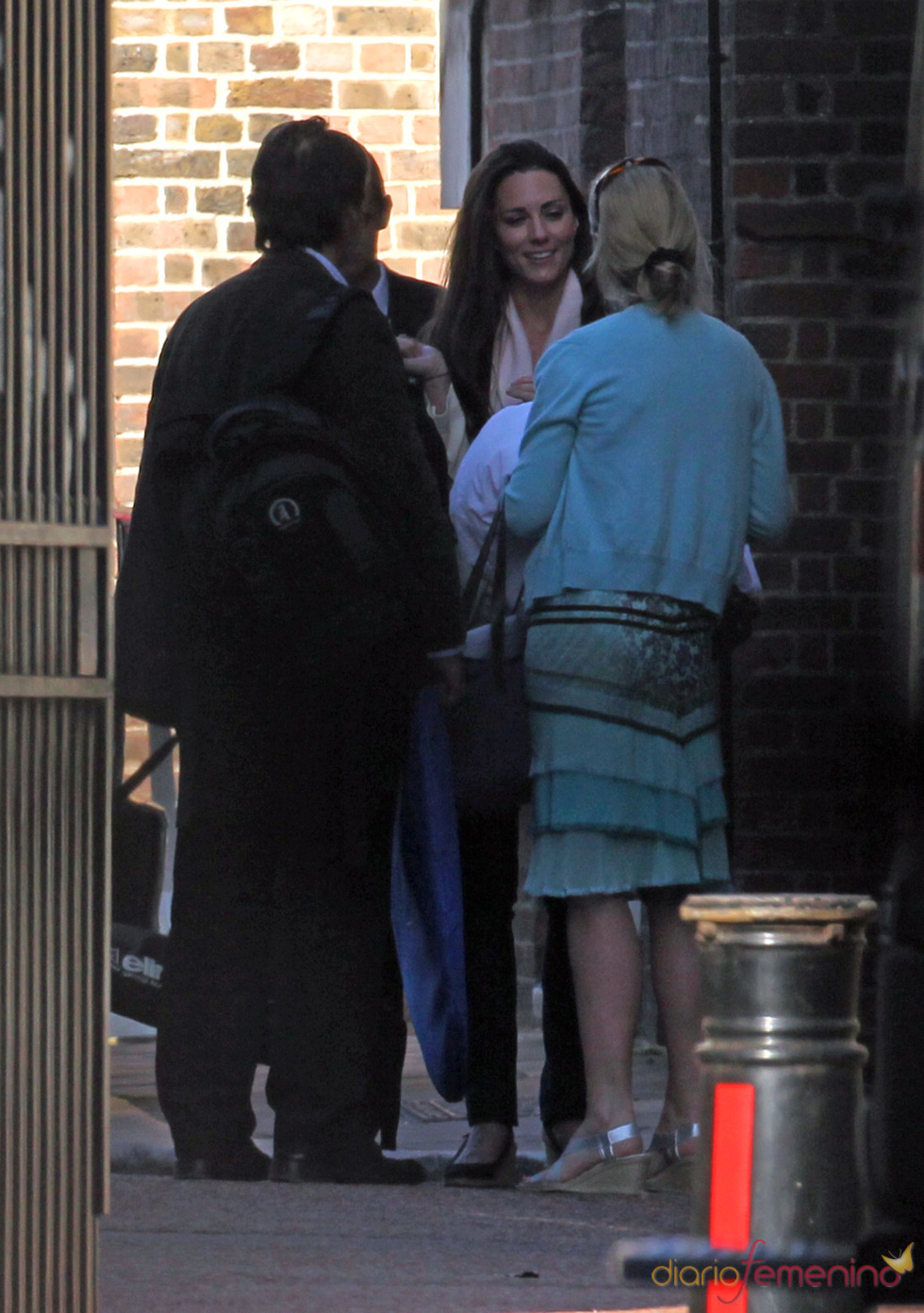 Kate Middleton con el vestido de novia en una bolsa