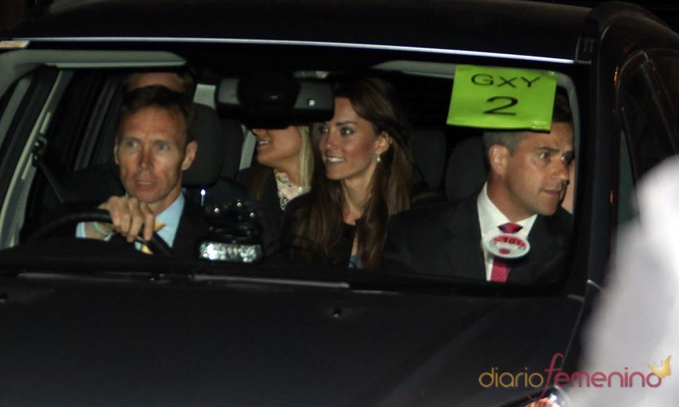Kate Middleton en el coche a la salida de la Abadía de Westminster tras el ensayo general