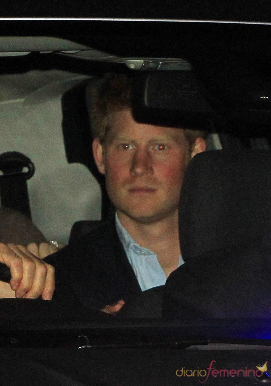 El príncipe Enrique en el coche a la salida de la Abadía de Westminster tras el ensayo general
