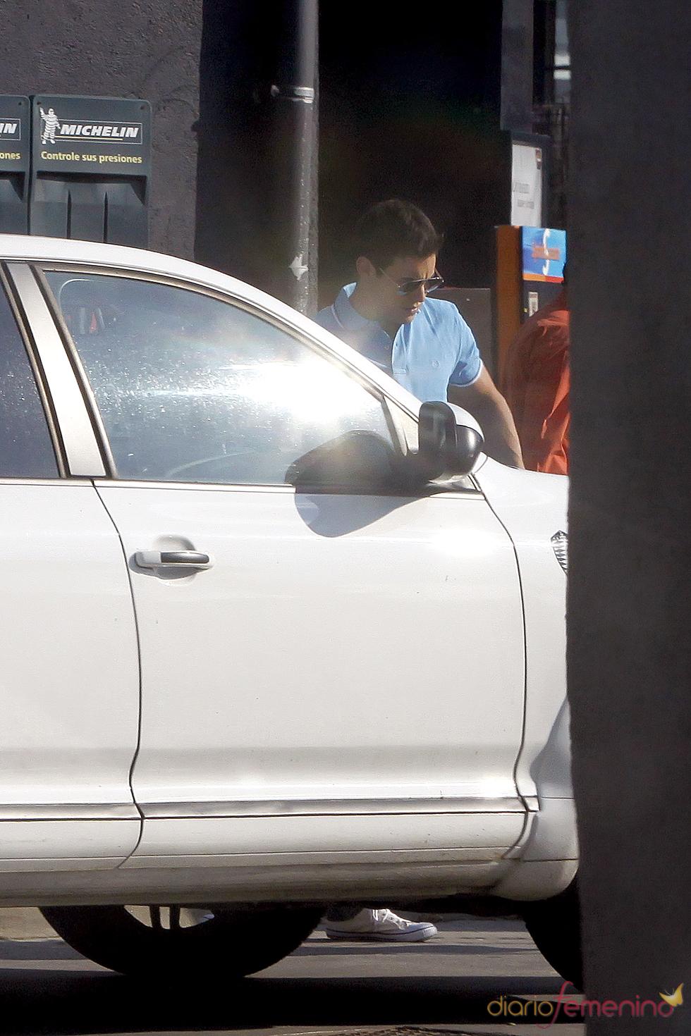 Mario Casas arregla su coche con un atuendo muy informal