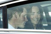 Kate Middleton y el príncipe Enrique, en el coche al salir de la Abadía de Westminster