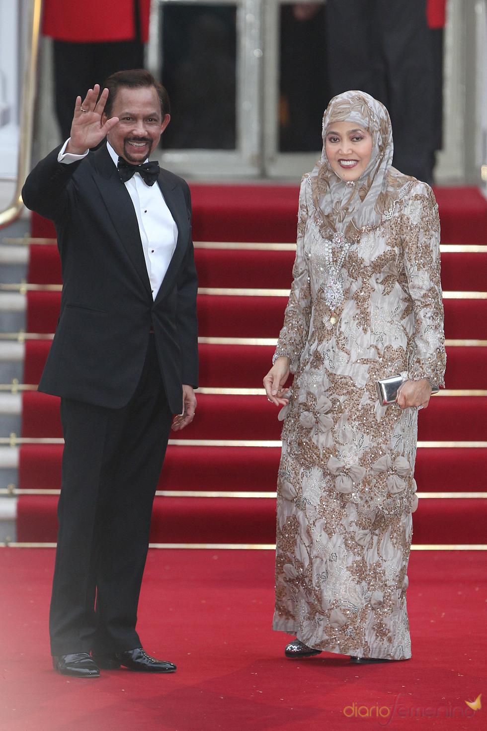 El sultán de Brunei Hassanal Bolkiah y su esposa en la cena pre-boda real