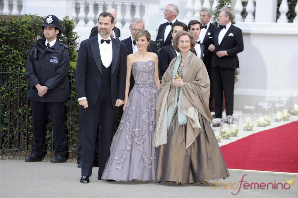 Los Príncipes Felipe y Letizia y la Reina Sofía en la cena pre-boda real de Inglaterra
