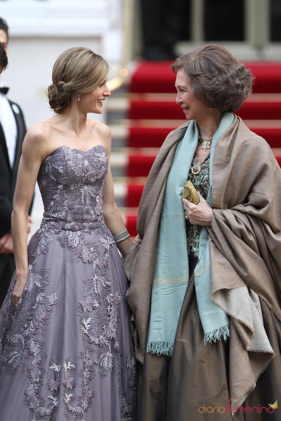La Princesa Letizia habla con la Reina Sofía en la cena pre-boda real de Inglaterra