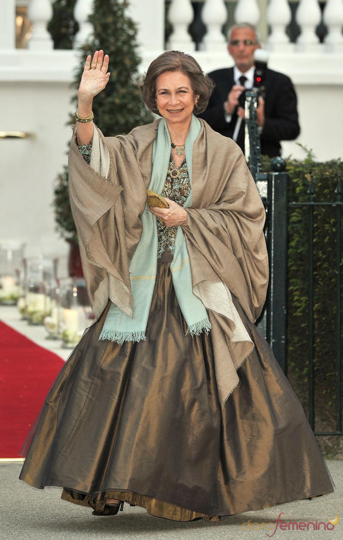 La Reina Sofía a su llegada a la cena pre-boda real de Inglaterra