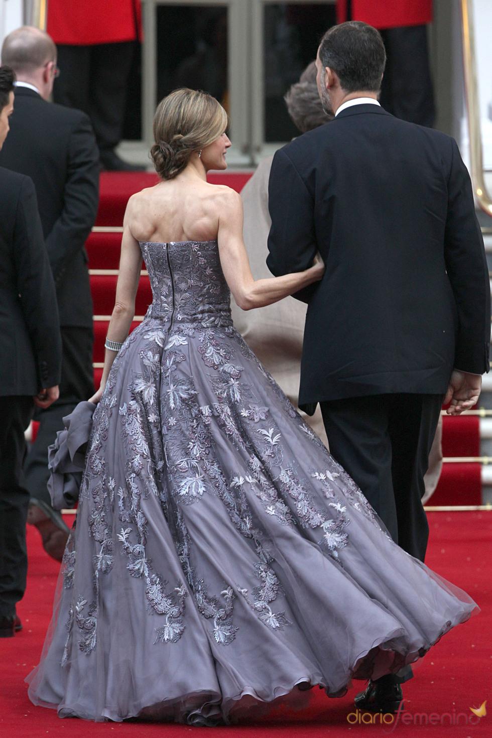 Parte trasera del vestido de la Princesa Letizia en la cena pre-boda real de Inglaterra