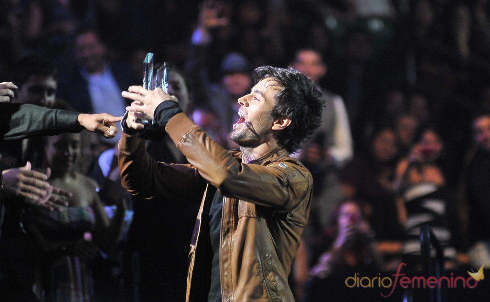 Enrique Iglesias recibiendo uno de sus premios Billboard 2011