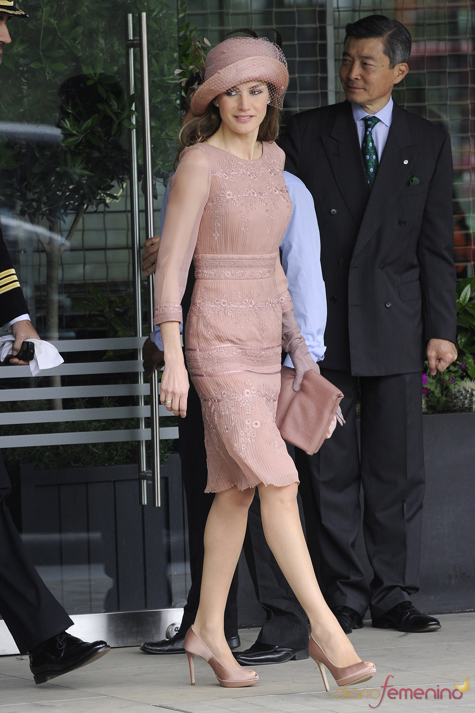 La Princesa Letizia, muy elegante de Felipe Varela para la Boda Real de Inglaterra