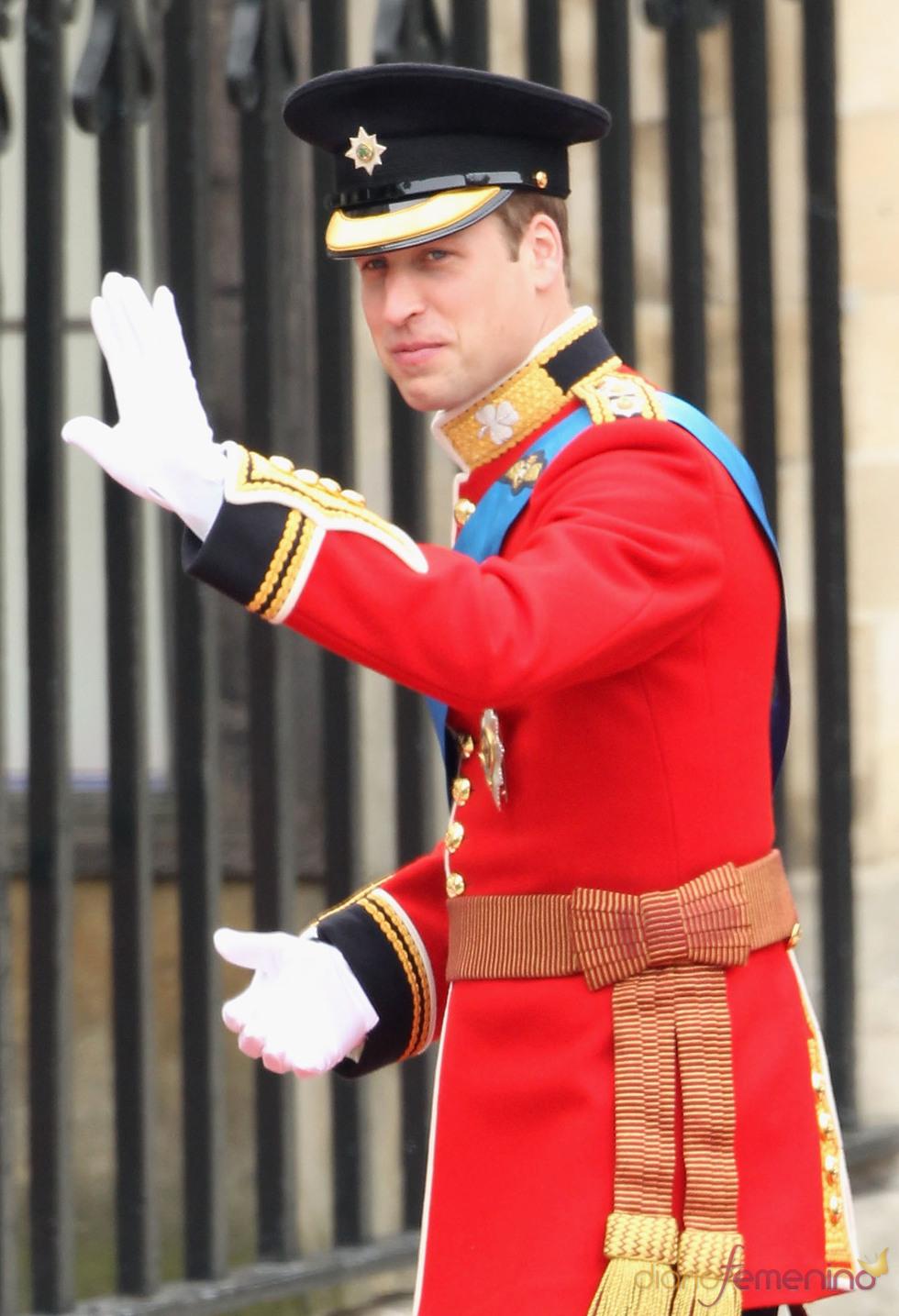 El Príncipe Guillermo de Inglaterra saluda a su llegada a la Abadía de Westminster
