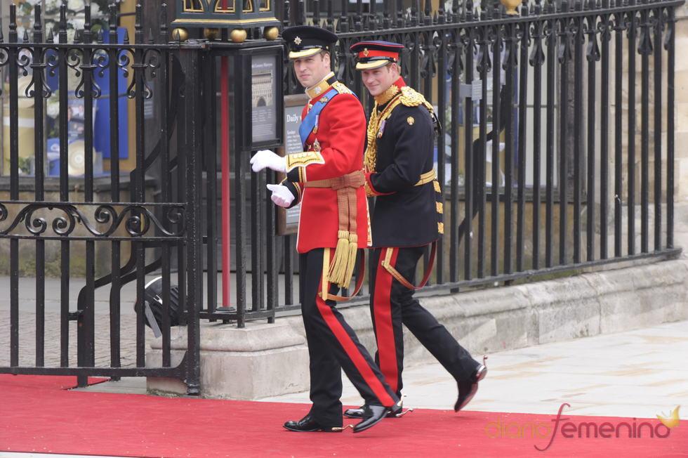 Los Príncipes Guillermo y Enrique de Inglaterra llegan a la Abadía de Westminster