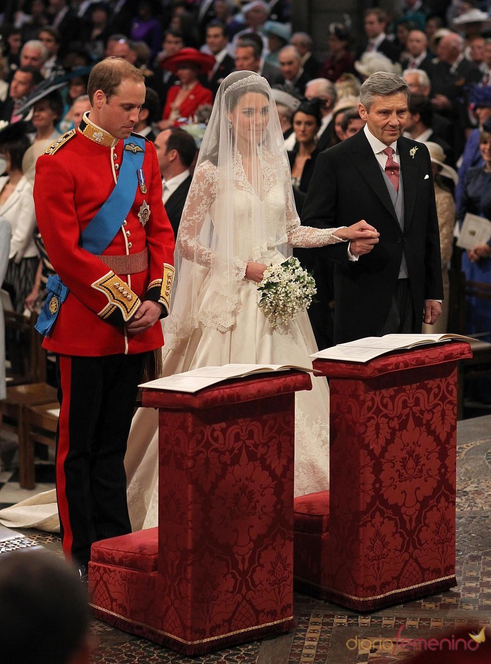 El Príncipe Guillermo y Kate Middleton en el altar