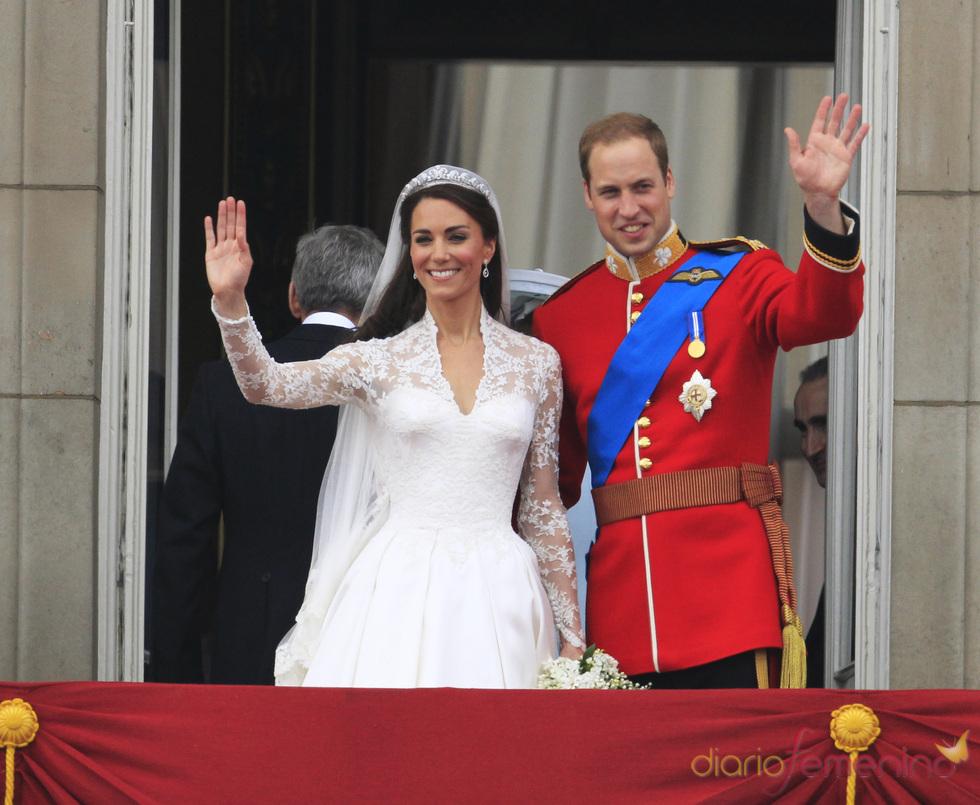 Guillermo de Inglaterra y Kate Middleton saludan desde el balcón de Buckingham