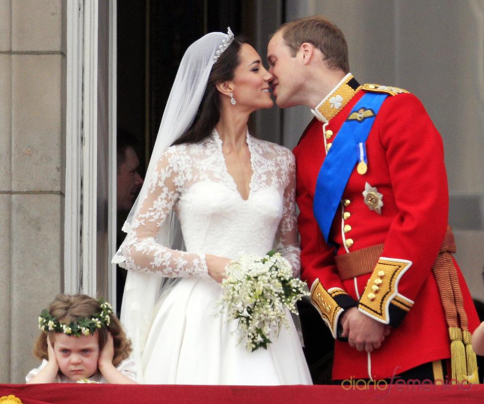 Guillermo de Inglaterra y Kate Middleton se besan en el balcón de Buckingham