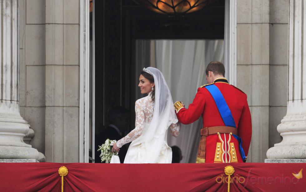 Guillermo de Inglaterra y Kate Middleton abandonan el balcón de Buckingham