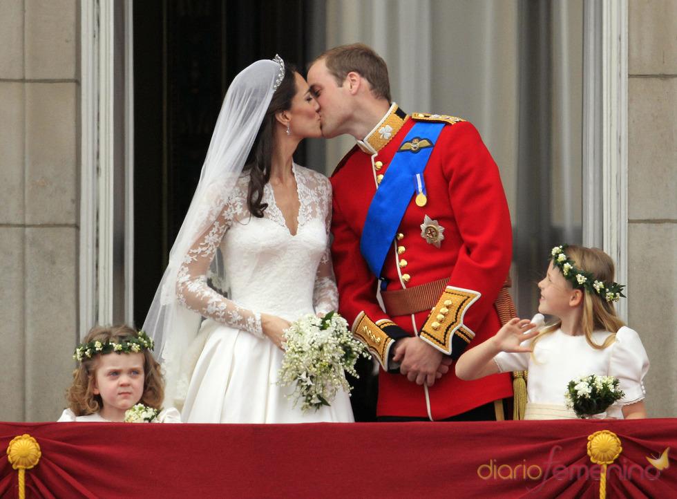 El beso de Guillermo de Inglaterra y Kate Middleton en el balcón de Buckingham