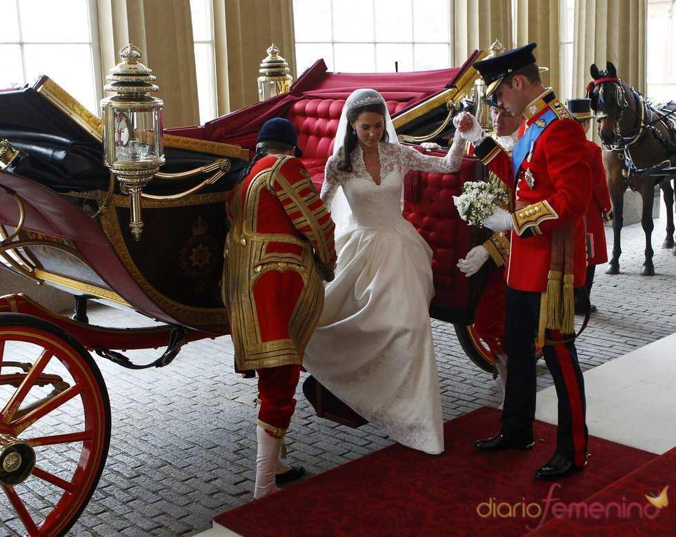 Guillermo de Inglaterra ayuda a Kate Middleton a bajarse del coche de caballos
