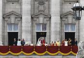 Guillermo de Inglaterra y Kate Middleton junto a su familia en el balcón
