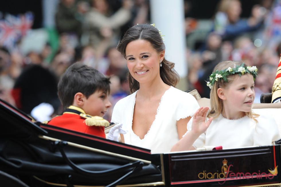 La hermana de Kate Middleton, Pippa, en la carroza momentos antes de la Boda Real