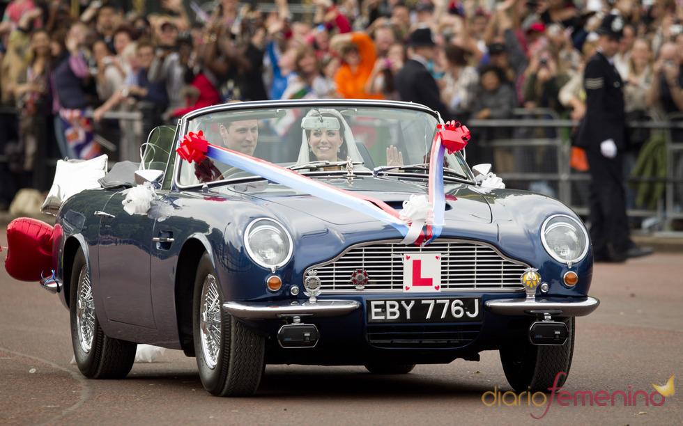 El Príncipe Guillermo y su esposa, Kate Middleton, pasean en un Aston Martin