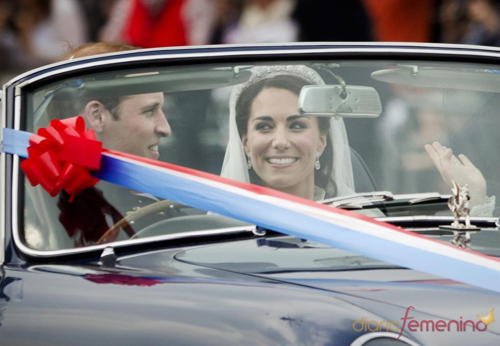 La reciente esposa del Príncipe Guillermo saluda junto a su marido en un Aston Martin
