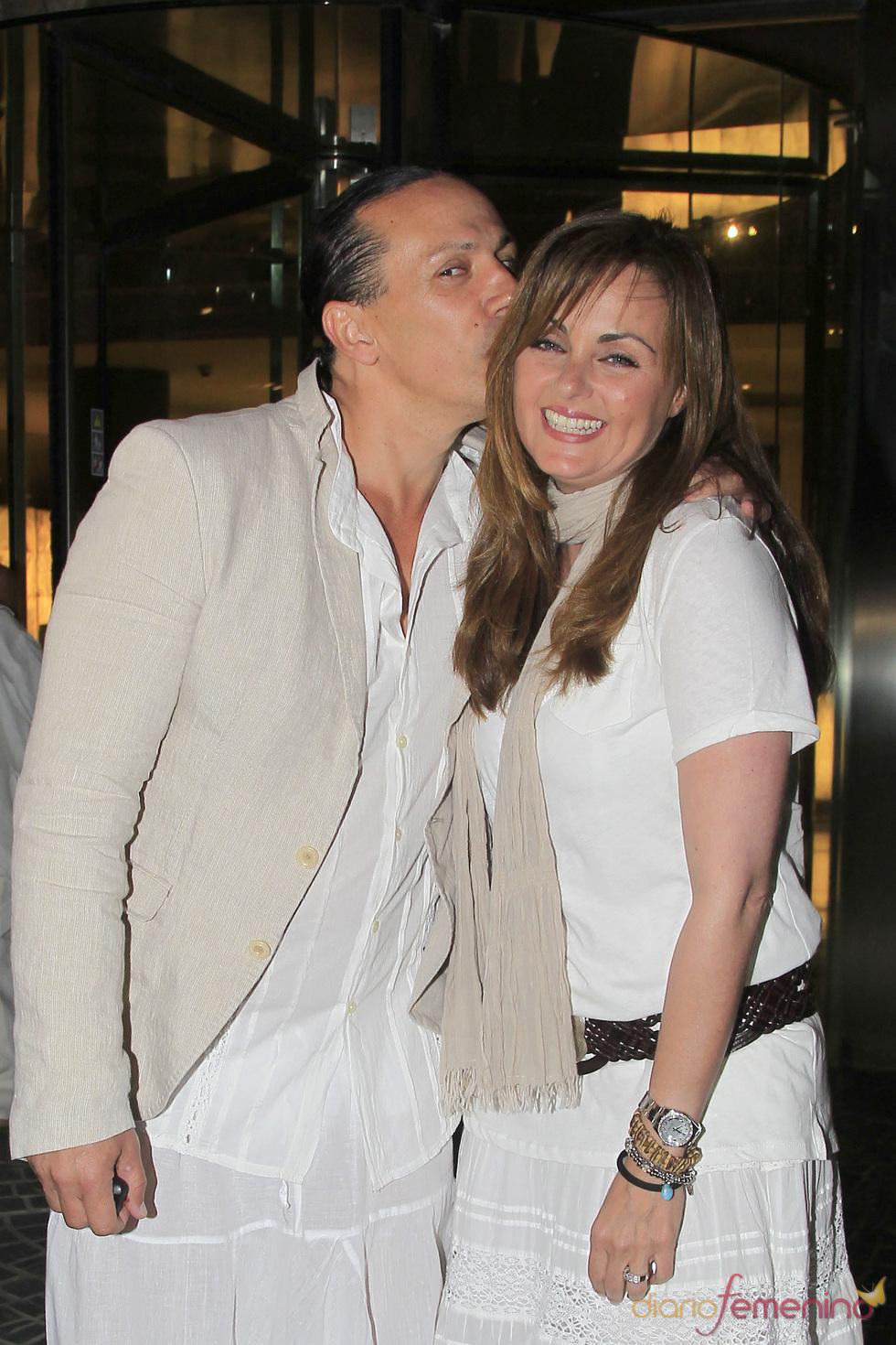 Carmen Morales y Luis Guerra ofrece una fiesta ibicenca antes de su boda