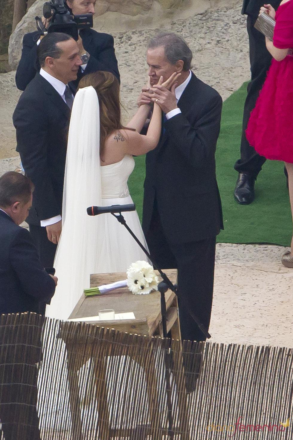 Junior felicita a Carmen Morales y Luis Guerra por su boda