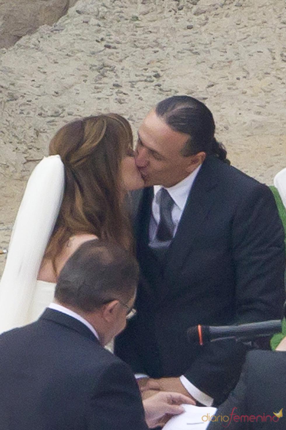 Beso de Carmen Morales y Luis Guerra durante su boda