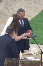 Carmen Morales y Luis Guerra se intercambian los anillos durante su boda