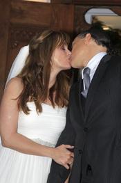 Carmen Morales y Luis Guerra sellan su boda con un beso