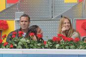 Alex Corretja y la modelo Martina Klein en el partido de tenis