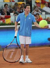 Mario Casas juega al tenis gigante en el partido solidario de Caja Mágica