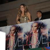 Jennifer López con la portada de su nuevo disco 'Love?'