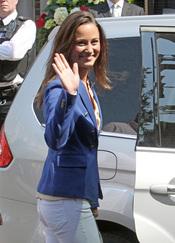 Pippa Middleton saluda mientras abandona el hotel tras la Boda Real