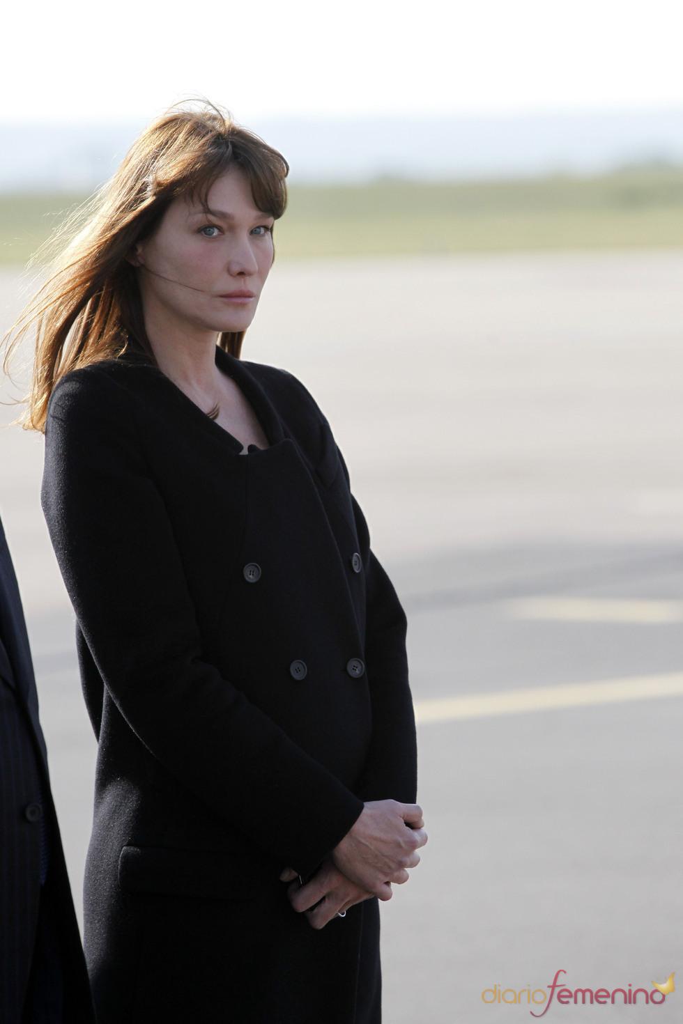 Carla Bruni con un abrigo negro, hace sospechar un posible embarazo