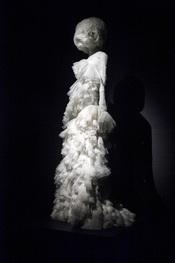 Un diseño de Alexander McQueen en la exposición 'Savage beauty'